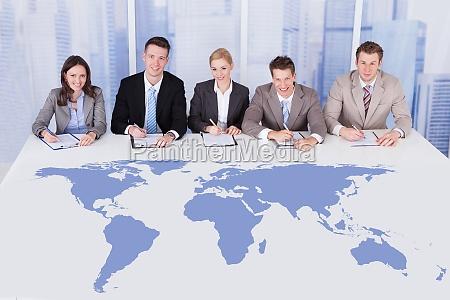 corporate personnel offiziere sitzen am tisch