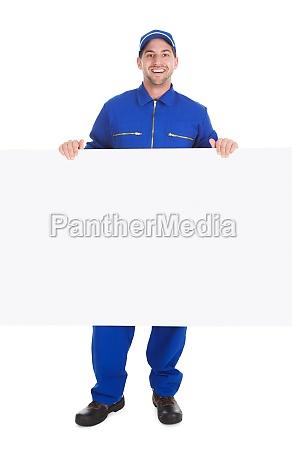 trabajador manual sonriente con billboard