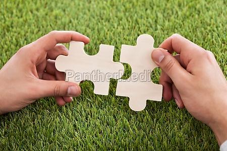 haende verbinden von zwei puzzleteile