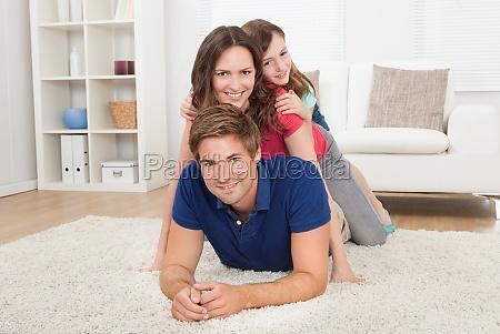 spielige familie schauft zu hause