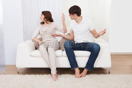 portrait von paar sitzen auf sofa