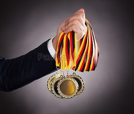 geschaeftsmann der goldmedaillen haelt