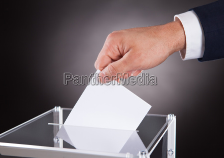 geschaeftsmann der stimmzettel im kasten auf