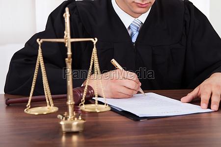 richter unterzeichnung dokument am tisch im