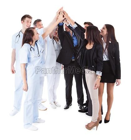 aerzte und manager machen high five
