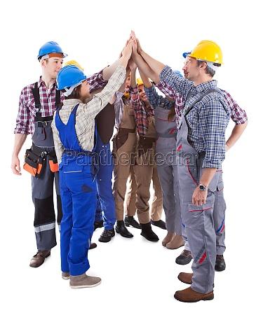 multiethnic gruppe von handwerkern ein hohes
