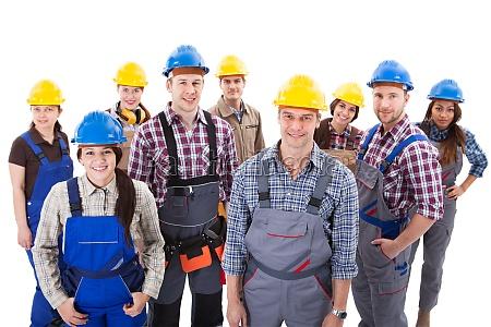 ueberzeugtes vielfaeltiges team von arbeitern und