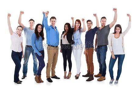 gruppe verschiedener menschen die waffen heben