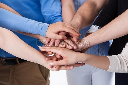 gruppe von menschen die haende stapeln