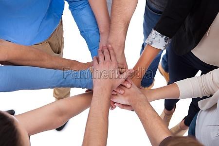 gruppe von menschen stapeln haende zusammen