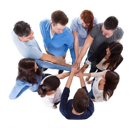 gruppe von menschen stapeln zusammen haende