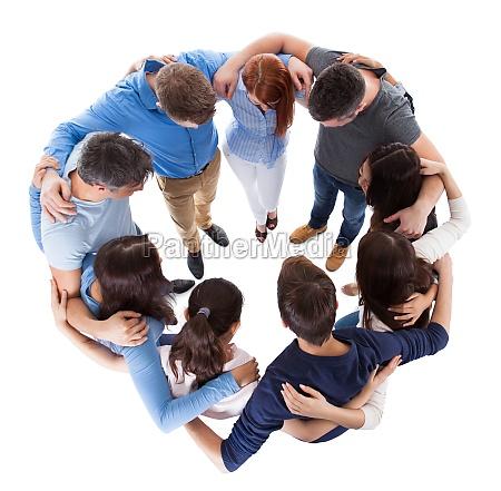 vielfaeltige gruppe von menschen die zusammenstehen