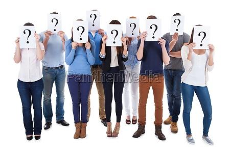 vielfaeltige gruppe von personen mit fragezeichen