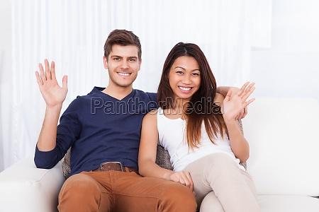ehepaar sitzt auf sofa