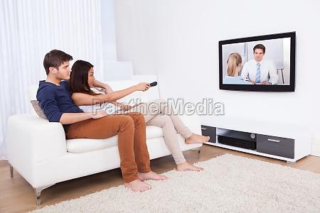 paare die fernsehen im wohnzimmer
