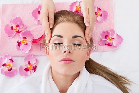 junge frau die massage erhaelt