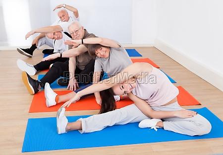 trainer und profi kunden yoga tun