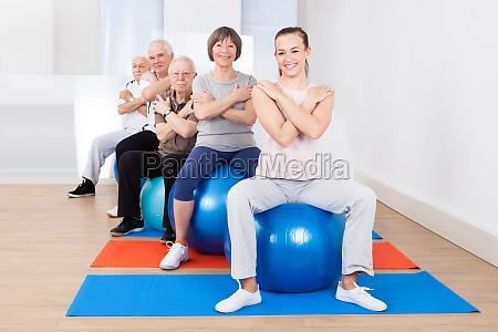 trainer und senior kunden sitzen auf