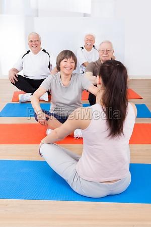 trainer training kunden in yoga klasse