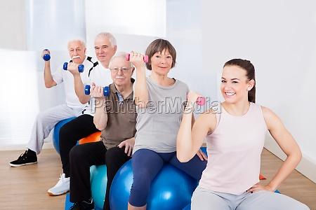 der handgewichte menschen beim sitzen auf