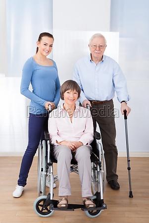 pflegekraft mit behinderten aelteren paaren