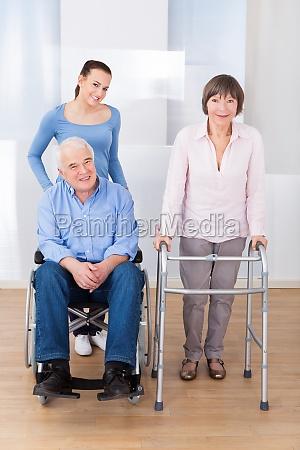 untaugliche aeltere paare mit caregiver