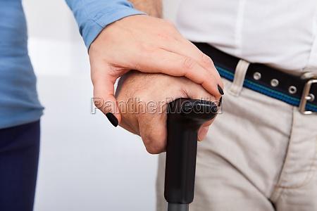 naheinrichtung von hausmeister mit behinderten senioren