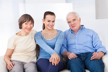 glueckliche caregiver mit seniorenpaar