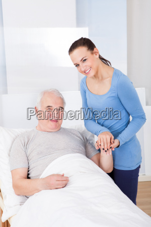 portrait des gluecklichen caregiver mit aelterer