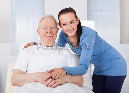 caregiver troesten alter mann