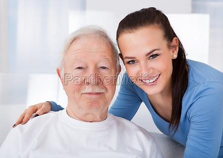 hausmeister mit aelterer mann am nursing