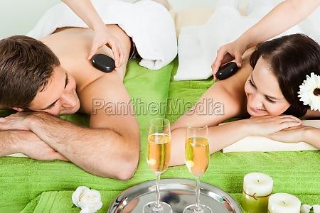 paar geniessen hot stone massage im