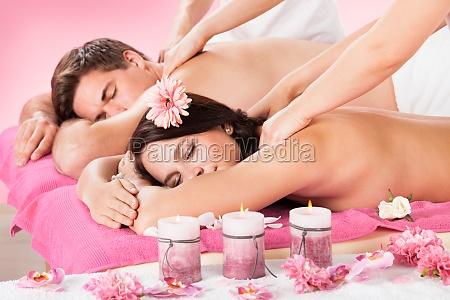 paar empfangen schulter massage im spa