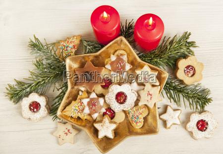 verschiedene cookies mit kerzen