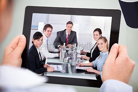 businessperson mit digitales tablet
