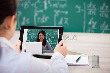 frau hat videochat mit digitales tablet