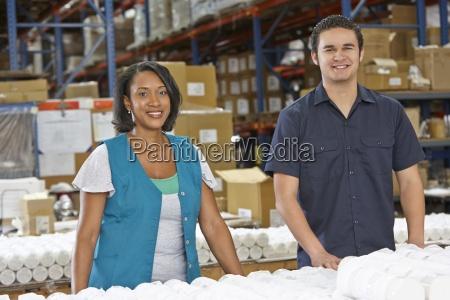 fabrikarbeiter ueberpruefung waren auf produktionslinie
