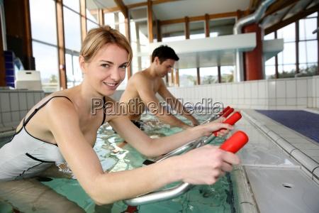 menschen mit wasser fahrraeder in spa