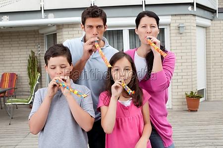junge familie amuesieren sich in ihrem