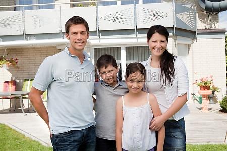 kaukasischen familie ausserhalb ihres neuen hauses