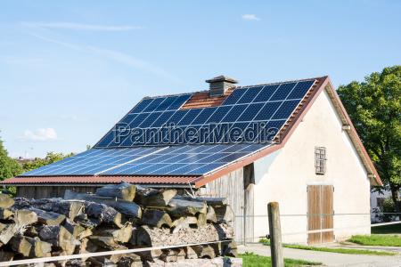landwirtschaftliches gebaeude mit sonnenkollektoren