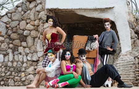 cirque darsteller auf der buehne