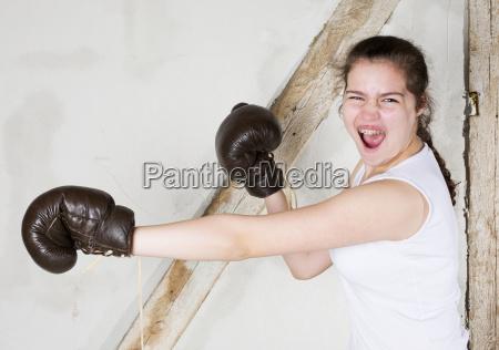 ein junges maedchen als boxer