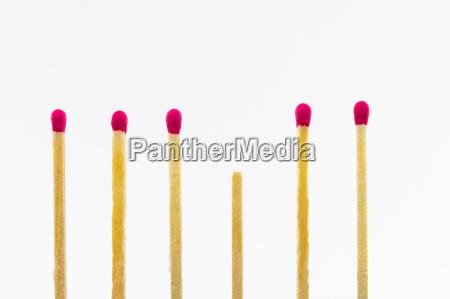 sechs streichhoelzer mit roter spitze eines