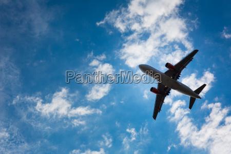 dunkle silhouette eines flugzeugs fliegen ueber