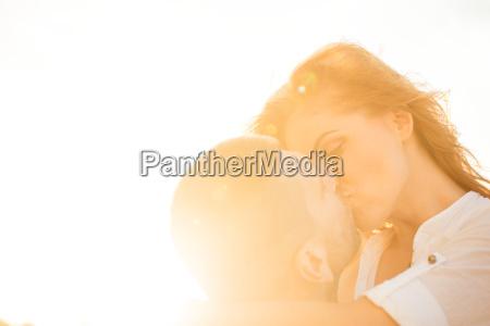 coppia in amore bacio
