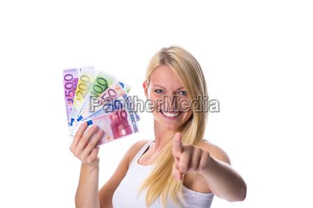 blondine haelt geld in der hand