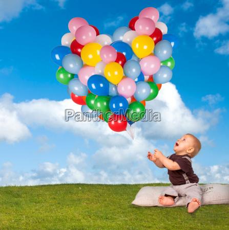 luftballons geburtstag wiese ballons froehlich barfuss
