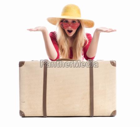 erstaunte, frau, mit, reisekoffer - 12624990