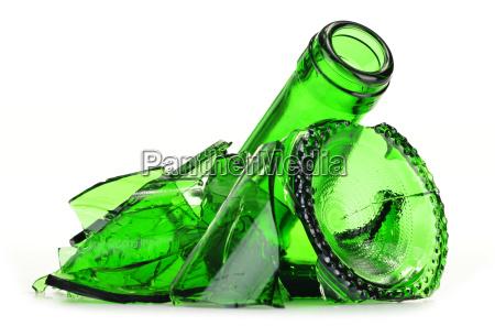 stuecke aus zerbrochenem glas ueber weissem